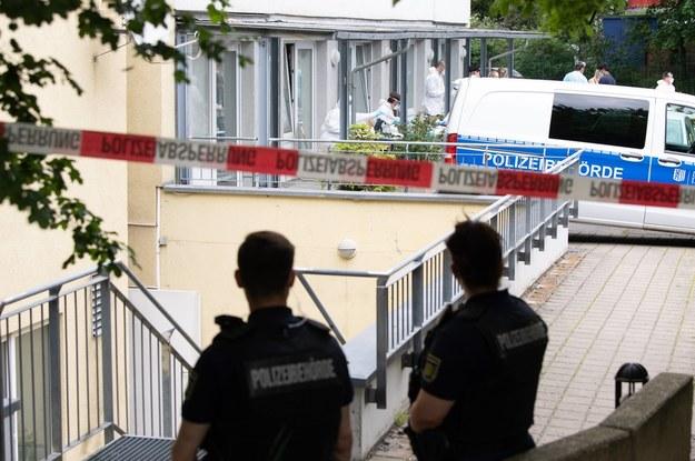 Policja przed wejściem do akademika /Sebastian Kahnert  /PAP/EPA