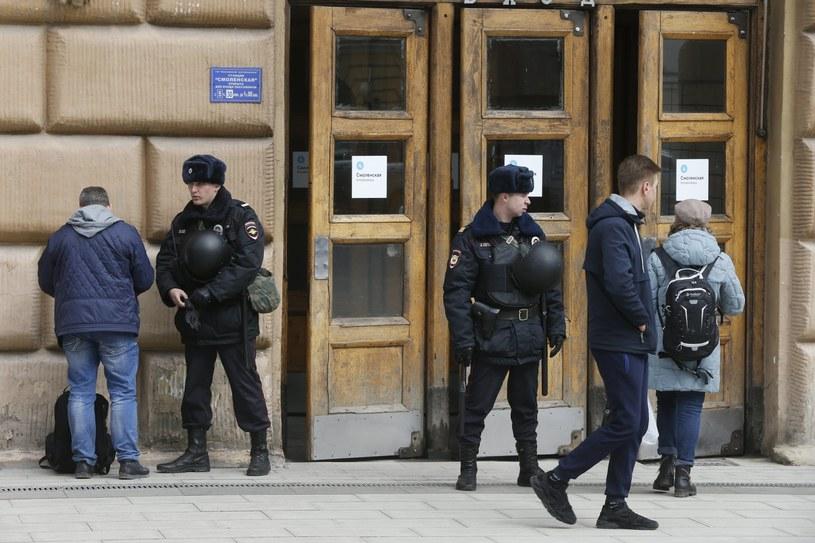 Policja przed wejściem do metra /YURI KOCHETKOV /PAP/EPA