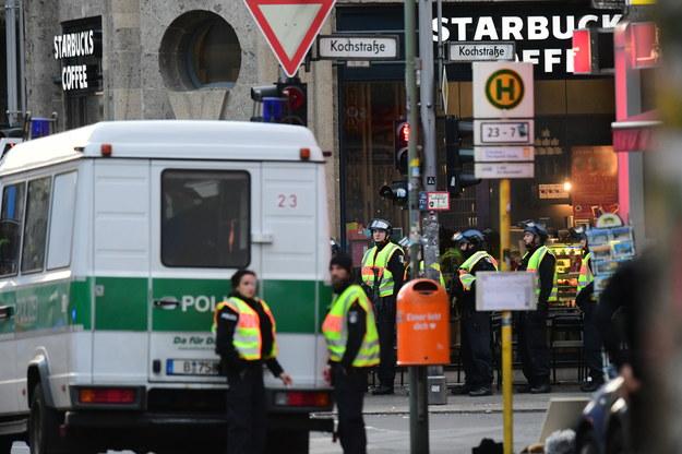 Policja przy Checkpoint Charlie /Clemens Bilan /PAP/EPA