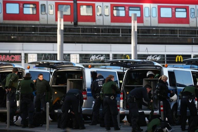 Policja przy dworcu w Kolonii po sylwestrowych wydarzeniach /Oliver Berg / dpa / AFP /AFP