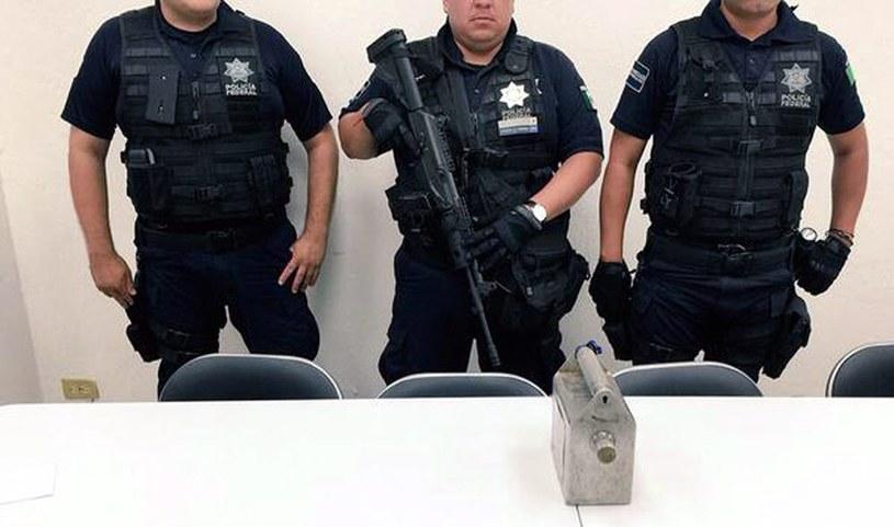 Policja przy pojemniku z irydem-192 /PAP/EPA
