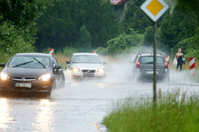 Policja przypomina, że w deszczu trzeba jechać bezpiecznie