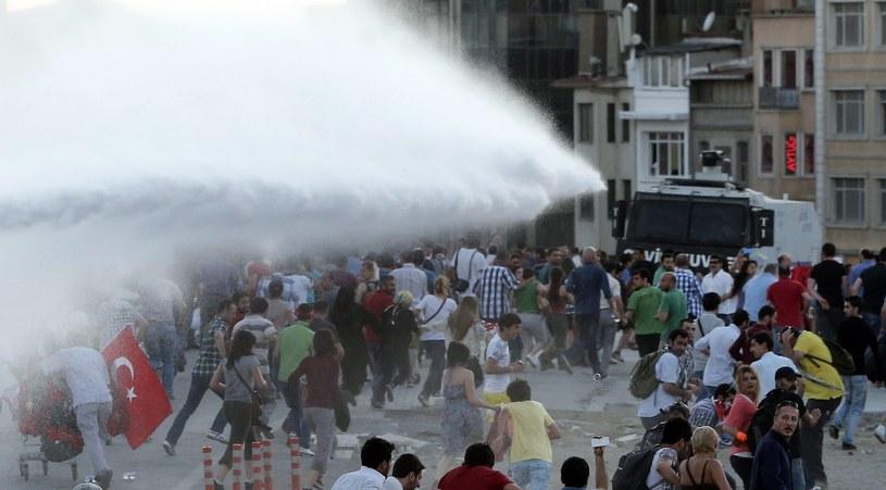 Policja rozpędza tłum z użyciem armatek wodnych /TOLGA BOZOGLU /PAP/EPA