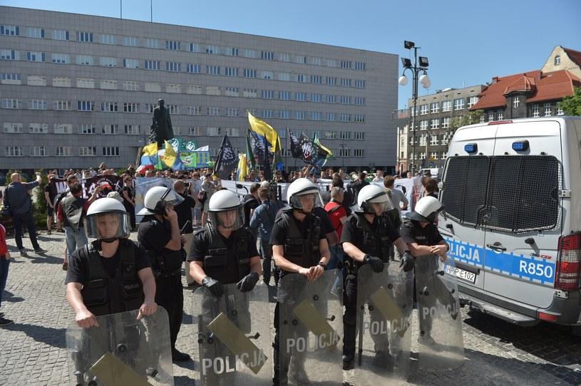 Policja rozwiązała demonstrację środowisk narodowych w Katowicach /LUKASZ KALINOWSKI /East News