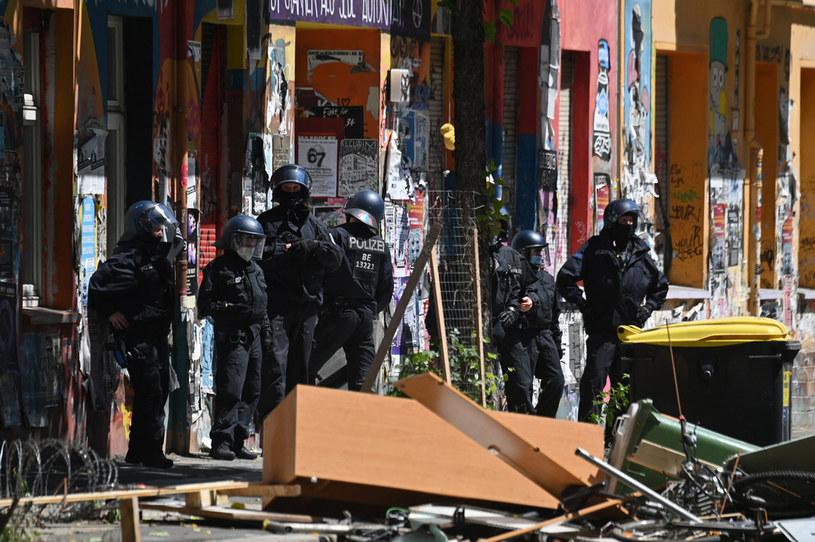 Policja ruszyła na protestujących z armatkami wodnymi /JOHN MACDOUGALL /AFP
