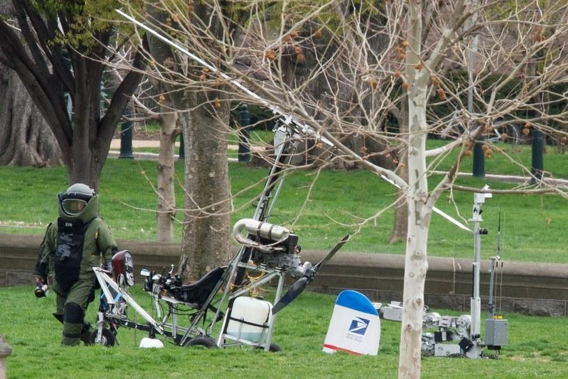 Policja sprawdza, czy w wiatrakowcu nie ma ładunków wybuchowych /AFP
