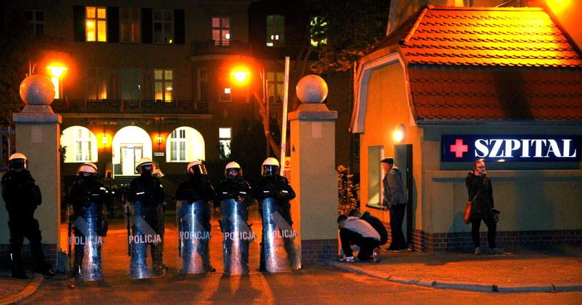 Policja stoi przed szpitalem w Knurowie, w którym zmarł ranny kibic /Andrzej Grygiel /PAP