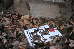 Policja szuka sprawców dewastacji cmentarza wojennego w Garwolinie