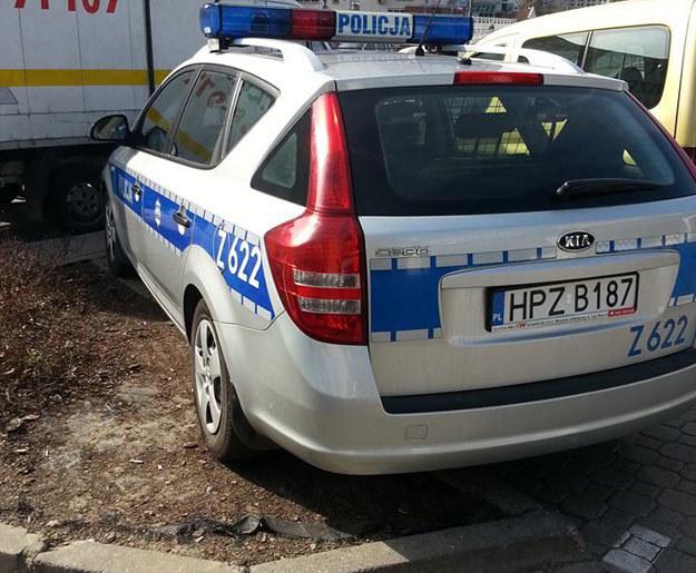 """Policja też tak parkuje... Zdjęcie pochodzi ze strony """"sfotografuj policjanta"""" na facebooku /Fot. https://www.facebook.com/SfotografujPolicjanta?ref=hl /"""
