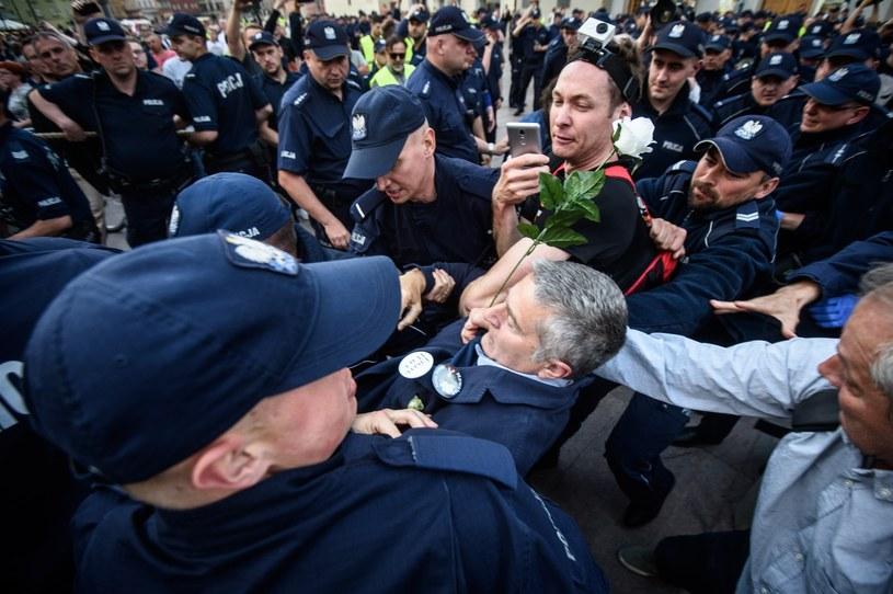 Policja usunęła kontrmanifestantów z trasy marszu uczestników obchodów miesięcznicy smoleńskiej. Wśród nich był Władysław Frasyniuk /Zbyszek Kaczmarek /Reporter