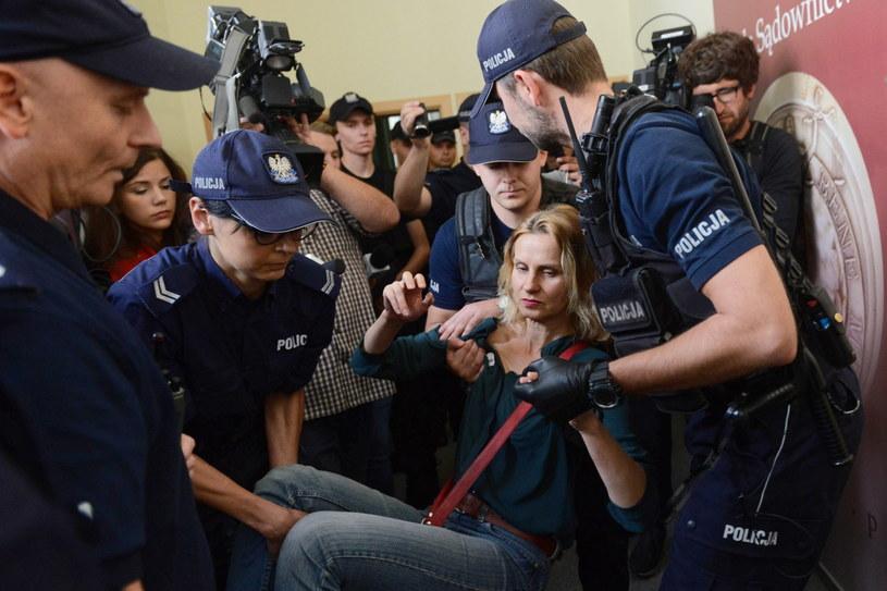 Policja usuwa grupę osób reprezentujących ruch Obywatele RP, które wczoraj blokowały wejście do sali obrad Krajowej Rady Sądownictwa /Jakub Kamiński   /PAP