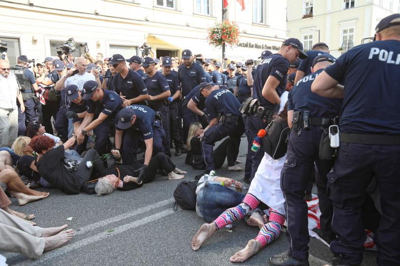 Policja usuwa kontrmanifestantów / Leszek Szymański    /PAP