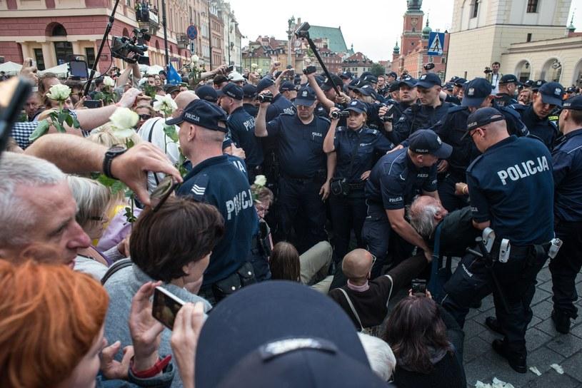 Policja usuwa Obywateli RP blokujących marsz z okazji miesięcznicy smoleńskiej /Daniel Gnap /East News