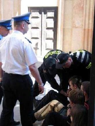 Policja usuwała protestujących siłą /RMF