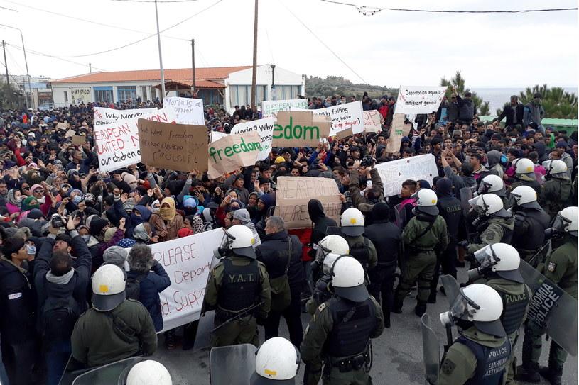 Policja użyła gazu łzawiącego przeciw protestującym migrantom /STRATIS BALASKAS /PAP/EPA