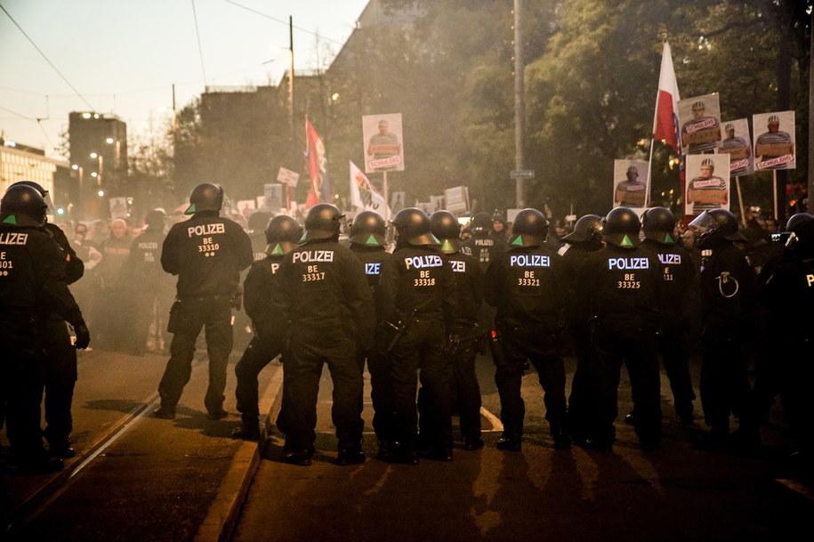 Policja w Lipsku jest wspierana przez saksońską policję, służby ratunkowe z ośmiu krajów związkowych /PAP/EPA