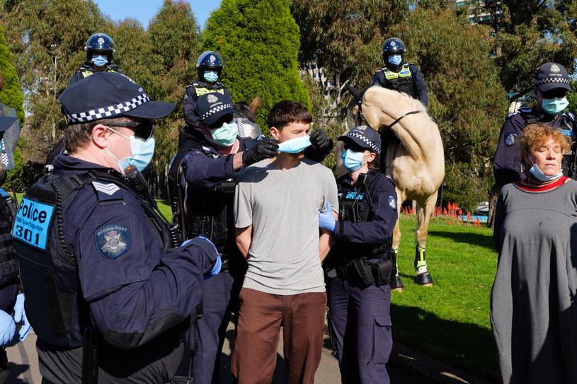 Policja w Melbourne w stanie Wiktoria aresztuje demonstrujących przeciwko przymusowi noszenia maseczek, wprowadzonemu przez władze stanowe. /Sydney Low /Agencja FORUM