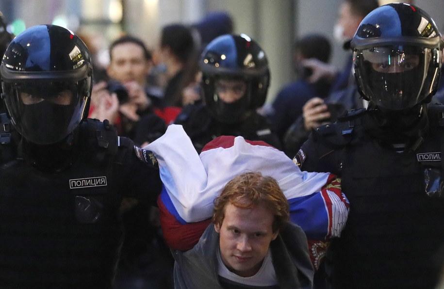 """Policja w Moskwie zatrzymała ponad 100 uczestników akcji uczestników akcji """"'NIE' dla wiecznego Putina"""" /YURI KOCHETKOV /PAP/EPA"""