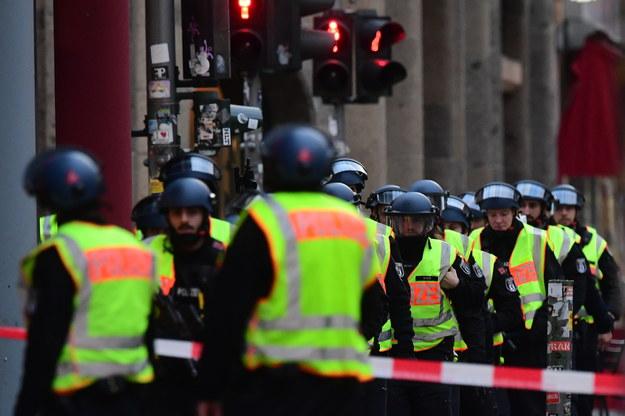 Policja w pobliżu Checkpoint Charlie /Clemens Bilan /PAP/EPA