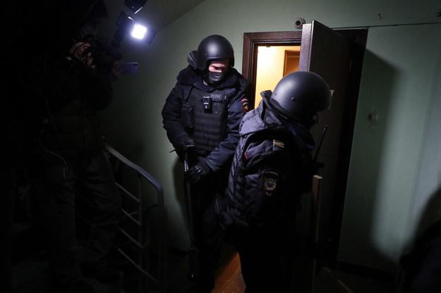 Policja wchodzi do mieszkania Aleksieja Nawalnego /Sergei Ilnitsky /PAP/EPA