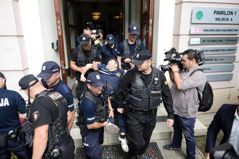 Policja wyniosła z budynku osoby reprezentujące ruch Obywatele RP, które blokowały wejście do sali obrad Krajowej Rady Sądownictwa / Jakub Kamiński    /PAP