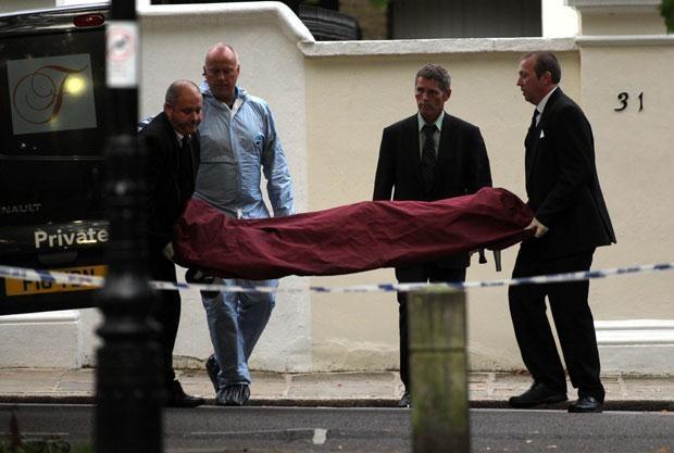 Policja wynosi ciało Amy Winehouse  /Splashnews