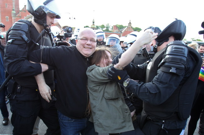 Policja wynosi przeciwników marszu /PAP/Piotr Wittman /PAP