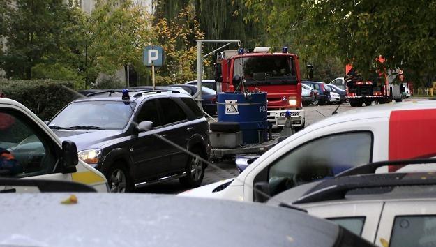 Policja wywozi podejrzany pakunek, fot. L. Muszyński /PAP
