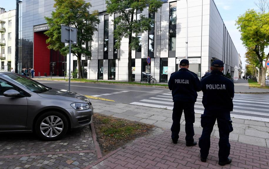 Policja zabezpiecza okolice budynku Filharmonii Świętokrzyskiej w Kielcach / Piotr Polak    /PAP