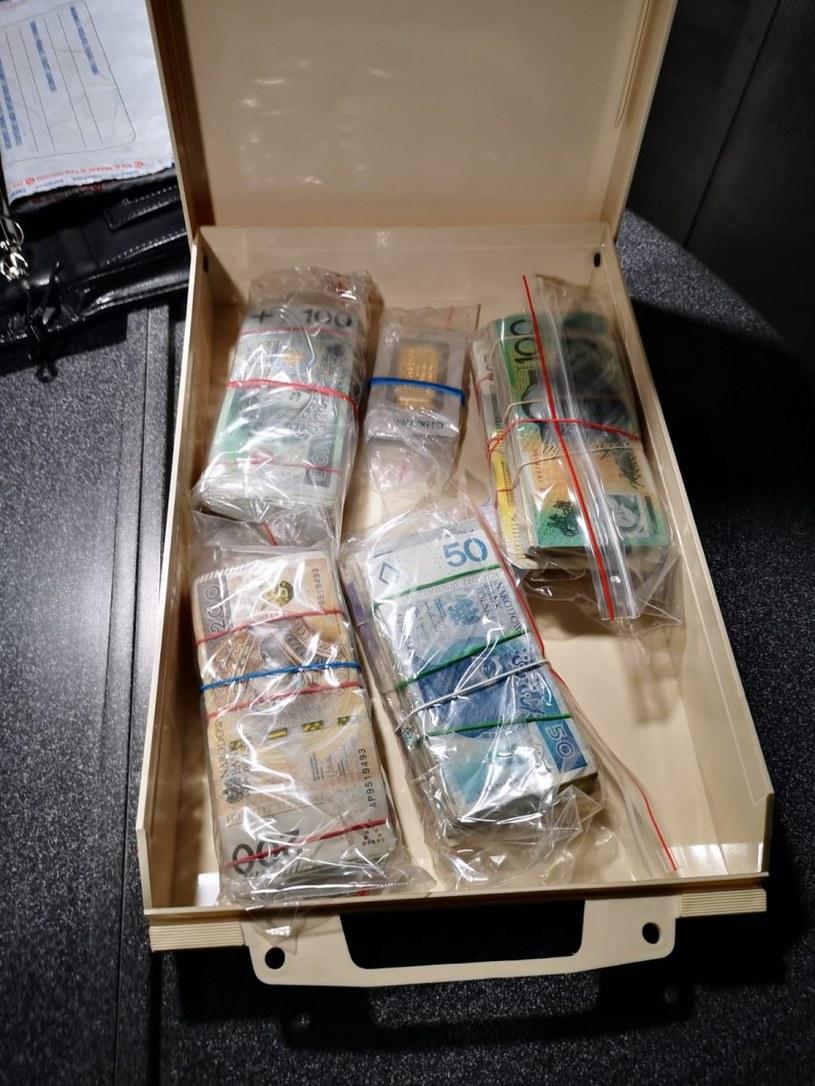 Policja zabezpieczyła m.in. gotówkę w różnych walutach /Policja Małopolska /materiały prasowe