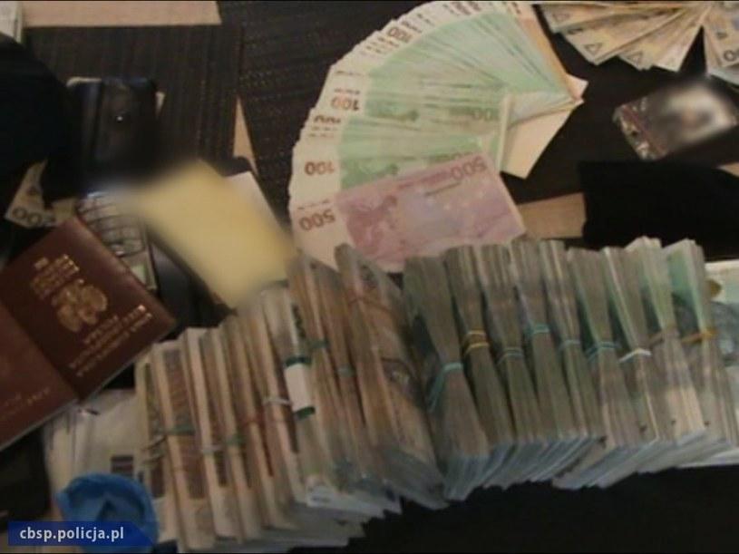 Policja zabezpieczyła ponad 250 tysięcy złotych w gotówce /Policja