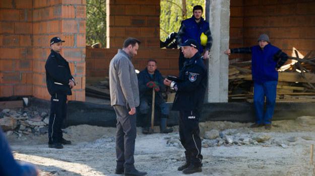 Policja zacznie bacznie przyglądać się Basi i Smolnemu. W fundamentach ich nowego domu robotnicy znajdą zwłoki! /Radek Orzeł  /TVN