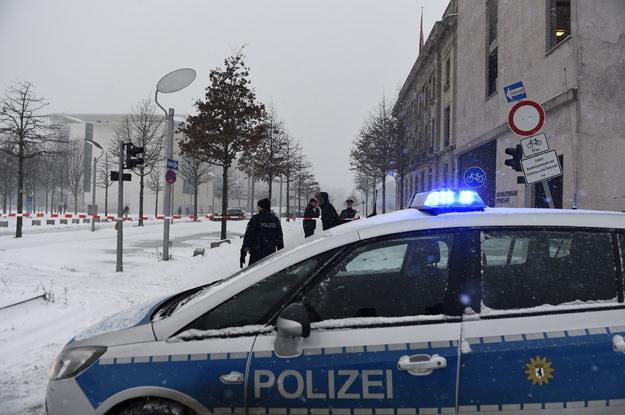 Policja zamknęła ulicę na której znajduje się biuro kanclerz Angeli Merkel /AFP