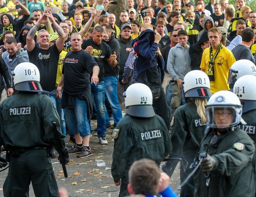 Policja zatrzymała 180 osób podczas starć kibiców Borussii Dortmund i Schalke 04 Gelsenkirchen /AFP