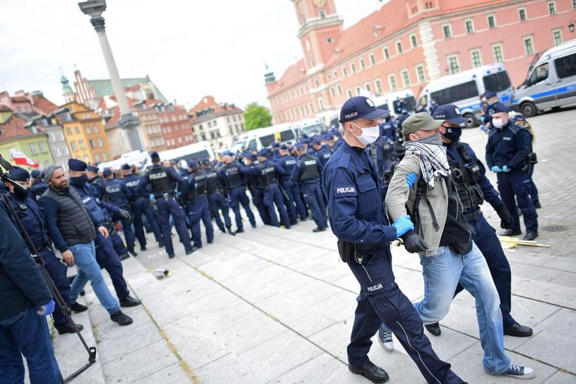 Policja zatrzymała jednego z uczestników tzw. strajku przedsiębiorców / Marcin Obara  /PAP