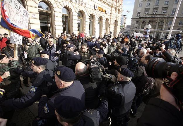 Policja zatrzymuje protestujących przeciw przystąpieniu chorwacji do UE /PAP/EPA