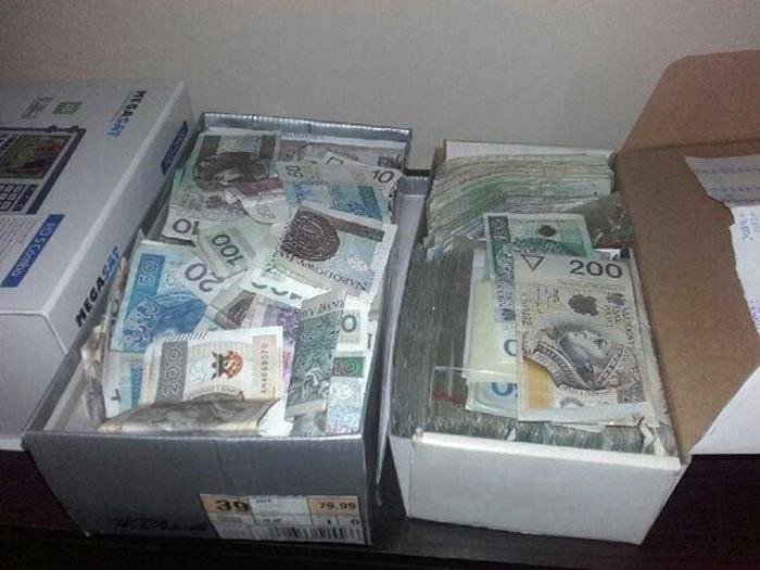 Policja znalazła m.in. około 180 tys. złotych w pudełkach po butach. Fot. Zdjęcia operacyjne policji /materiały prasowe