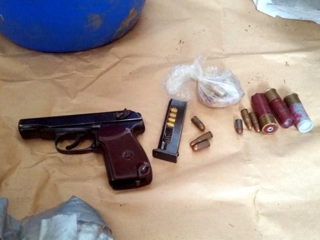 Policja znalazła także broń palną, ponad 100 sztuk amunicji, w tym myśliwskiej, oraz granat chemiczny UGŁ200/1. /policja.waw.pl /Materiały prasowe