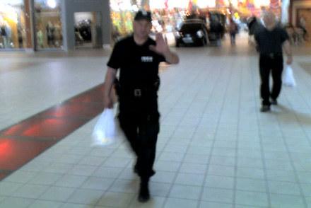 """Policjanci bez obaw niosą """"podejrzane"""" siatki, ale zakazują robienia zdjęć / kliknij /INTERIA.PL"""