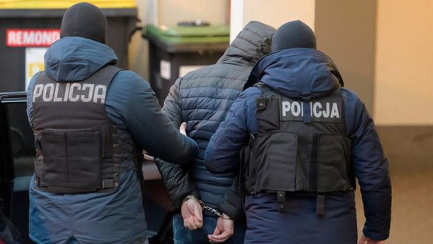 Policjanci doprowadzili do Prokuratury Okręgowej w Poznaniu Cezarego O. /Jakub Kaczmarczyk /PAP