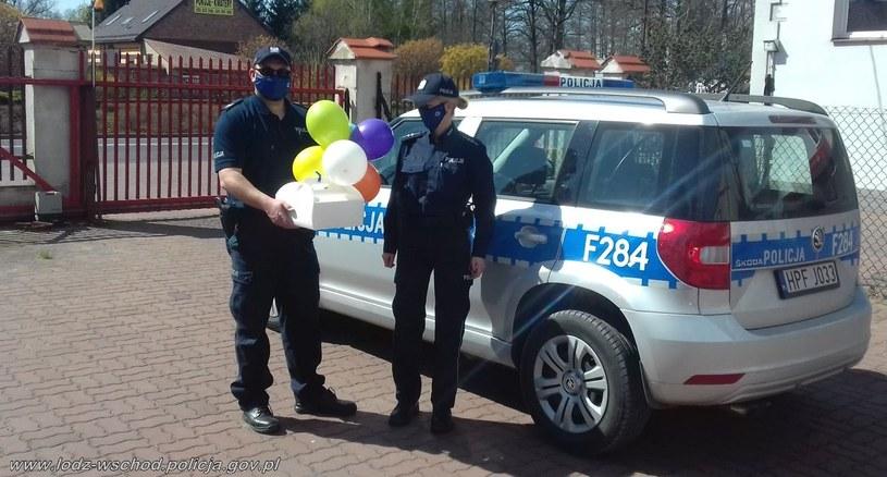 Policjanci dostarczyli tort urodzinowy sześciolatce przebywającej na kwarantannie /Policja