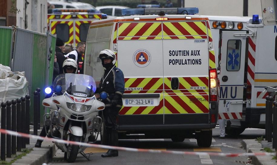 """Policjanci i karetki pogotowia pod siedzibą """"Charlie Hebdo"""" //IAN LANGSDON /PAP/EPA"""
