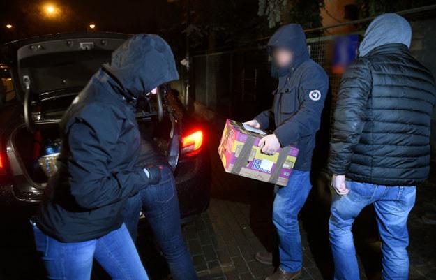 Policjanci i prokuratorzy wynoszą dokumenty z domu gen. Wojciecha Jaruzelskiego /Radek Pietruszka /PAP