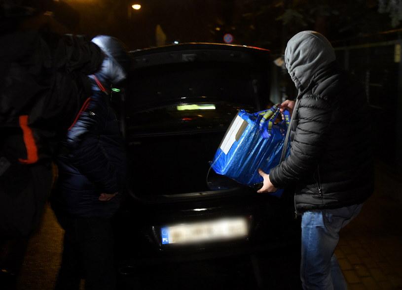 Policjanci i prokuratorzy wynoszą dokumenty z domu gen. Wojciecha Jaruzelskiego w Warszawie /Radek Pietruszka /PAP