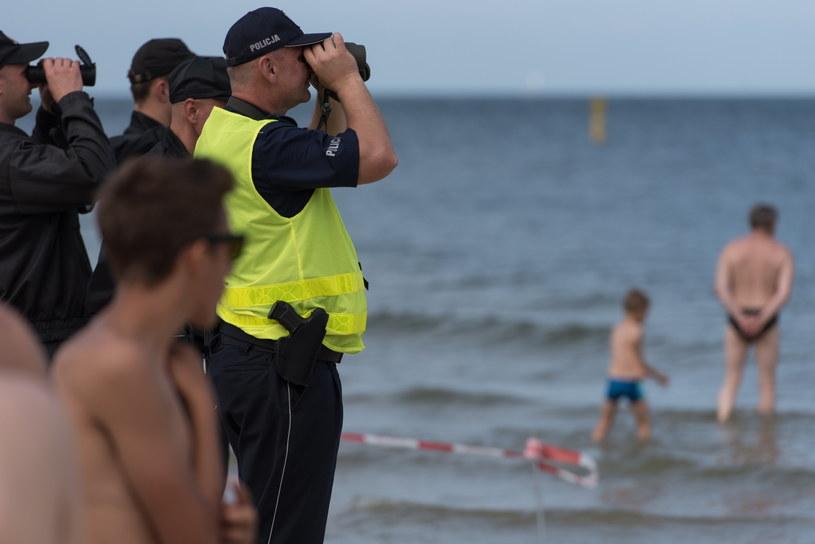 Policjanci i strażacy podczas akcji poszukiwawczej 7-latki w Bałtyku w Ustce /Roman Jocher    /PAP
