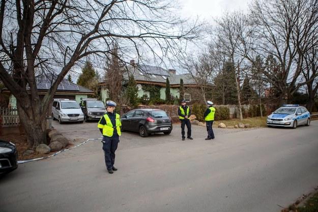 Policjanci i technicy policyjni przy posesji w Ząbkowicach Śląskich, na której doszło do potrójnego morderstwa / Maciej Kulczyński    /PAP