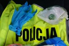 Policjanci kontrolują przestrzeganie domowej kwarantanny