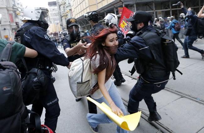 Policjanci łapią uczestników protestu /PAP/EPA/SEDAT SUNA /PAP/EPA