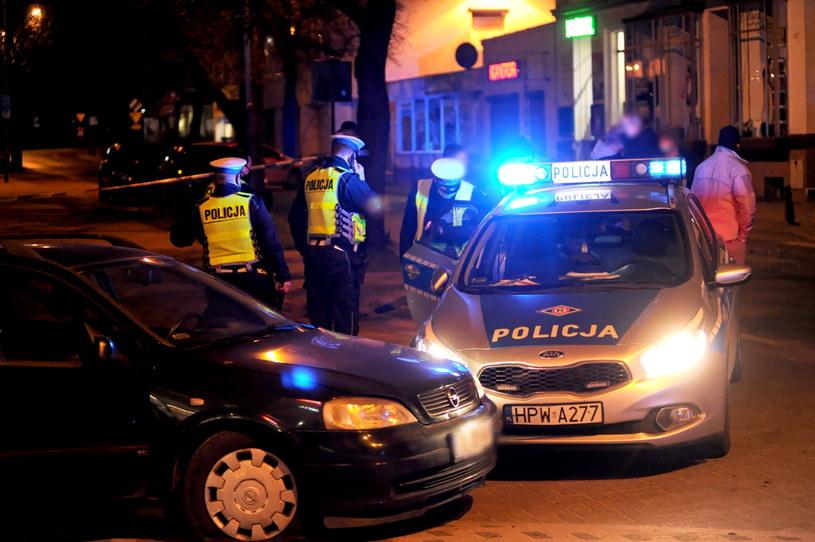 Policjanci musieli przestrzelić opony w Oplu /Teodor Szary /PAP