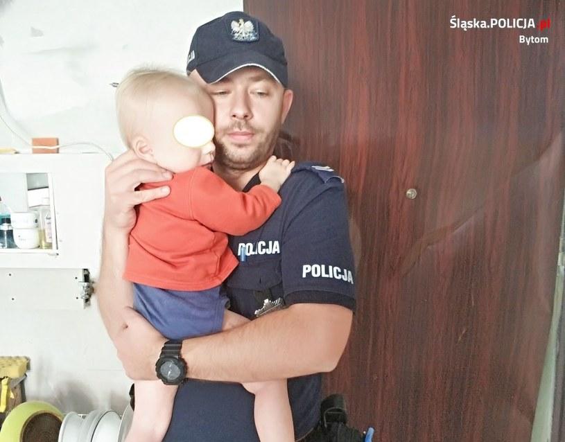 Policjanci musieli wyważyć drzwi, żeby ratować chłopca /Śląska policja /